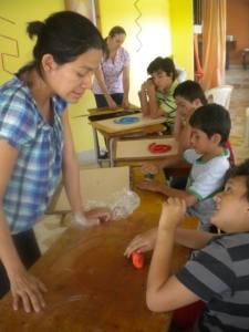 Maestra Kislima con sus alumnos